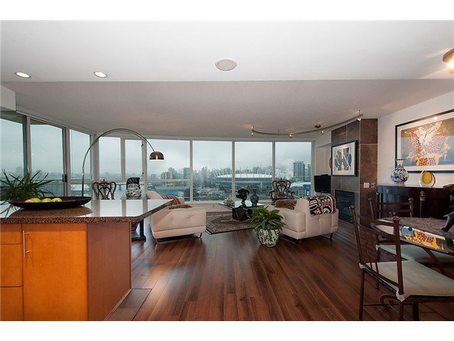 """Photo 5: Photos: 2205 120 MILROSS Avenue in Vancouver: Mount Pleasant VE Condo for sale in """"Brighton"""" (Vancouver East)  : MLS®# V1039028"""