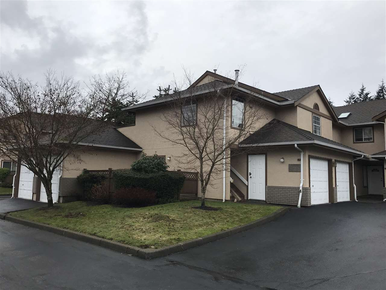 """Main Photo: 139 14861 98 Avenue in Surrey: Guildford Townhouse for sale in """"The Mansions"""" (North Surrey)  : MLS®# R2146574"""