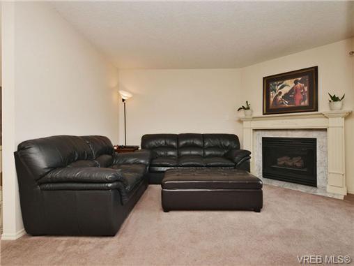 Main Photo: 8 947 Caledonia Avenue in VICTORIA: Vi Central Park Townhouse for sale (Victoria)  : MLS®# 351024