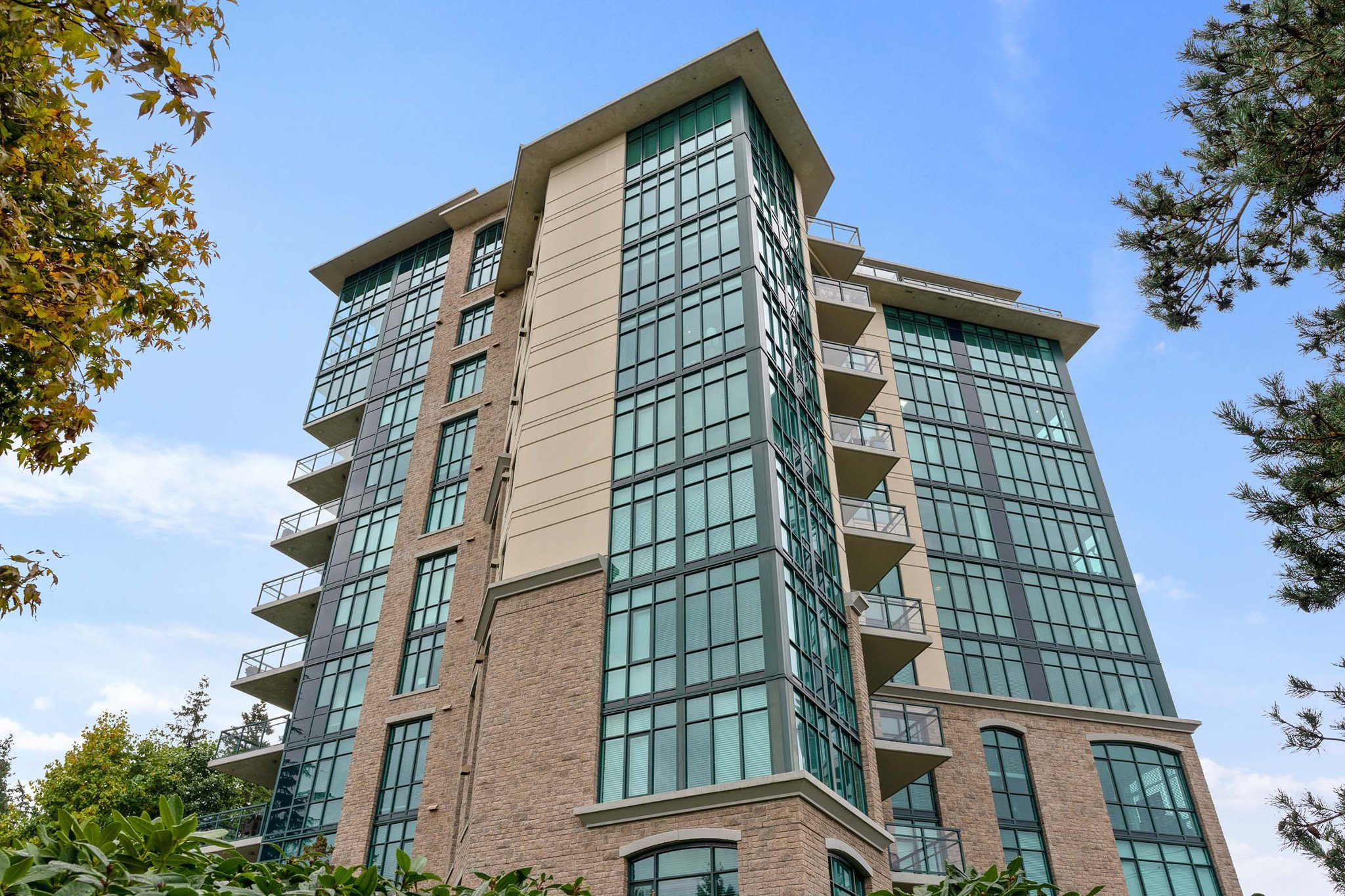 Main Photo: 902 14824 NORTH BLUFF Road: White Rock Condo for sale (South Surrey White Rock)  : MLS®# R2510554