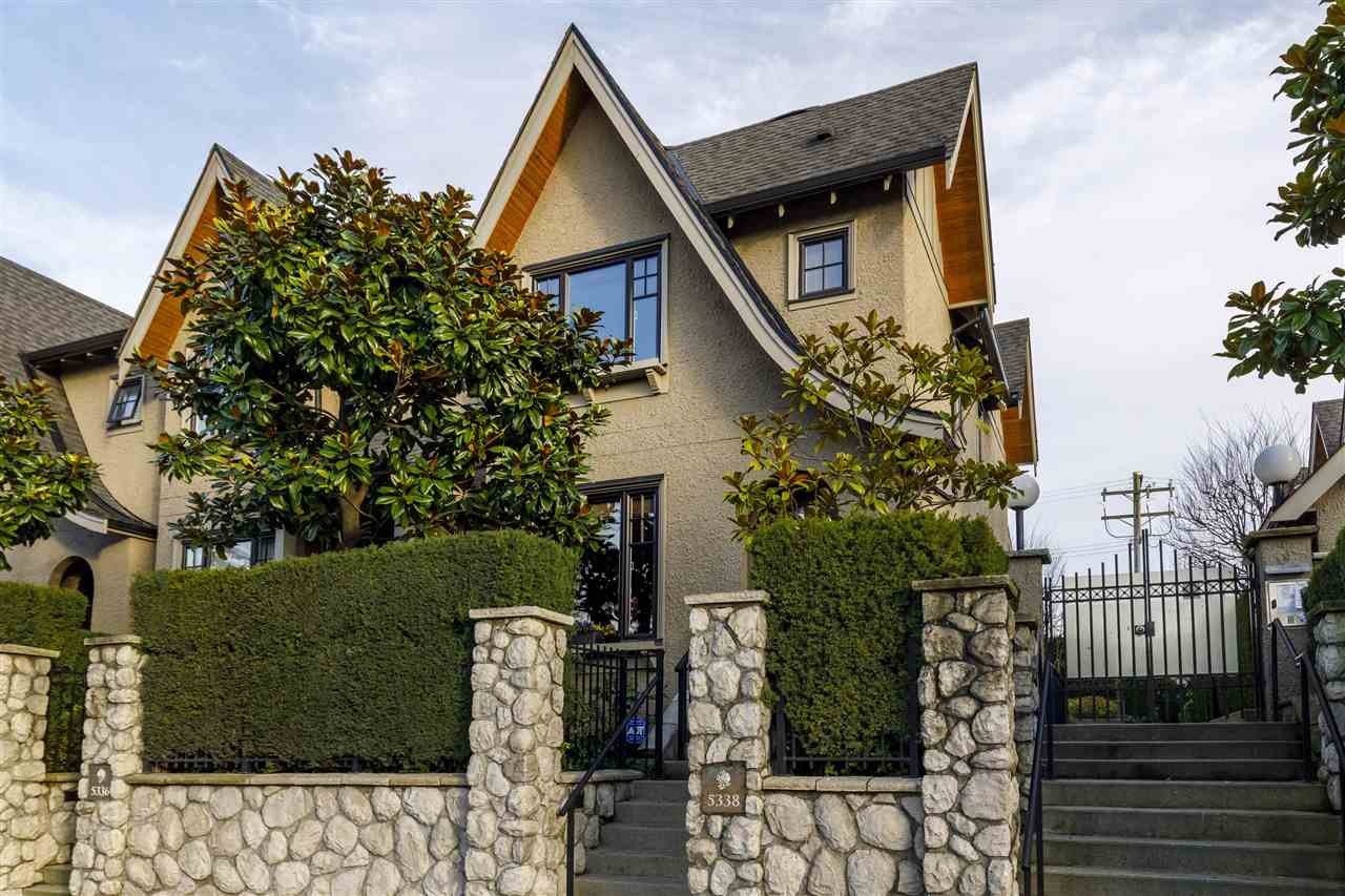 """Main Photo: 5338 OAK Street in Vancouver: Cambie Townhouse for sale in """"HAMLIN MEWS"""" (Vancouver West)  : MLS®# R2528197"""