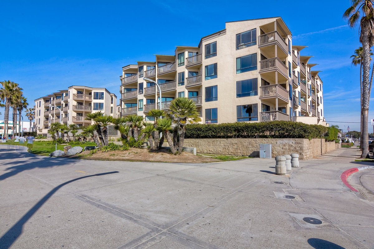 Photo 1: Photos: PACIFIC BEACH Condo for sale : 2 bedrooms : 4465 Ocean #34 in San Diego