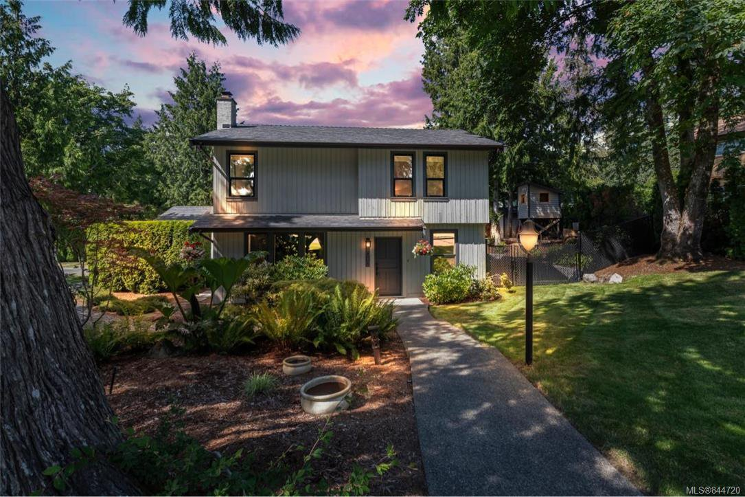 Main Photo: 1012 Elstree Close in Central Saanich: CS Brentwood Bay House for sale : MLS®# 844720