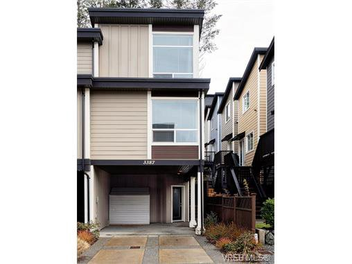 End unit in a set of 3 freehold townhouses.