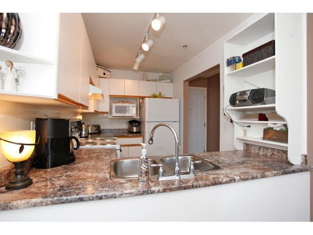 """Photo 7: Photos: 311 5955 177B Street in Surrey: Cloverdale BC Condo for sale in """"WINDSOR PLACE"""" (Cloverdale)  : MLS®# F1433073"""