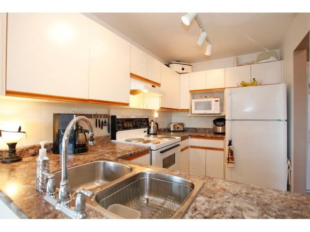"""Photo 8: Photos: 311 5955 177B Street in Surrey: Cloverdale BC Condo for sale in """"WINDSOR PLACE"""" (Cloverdale)  : MLS®# F1433073"""