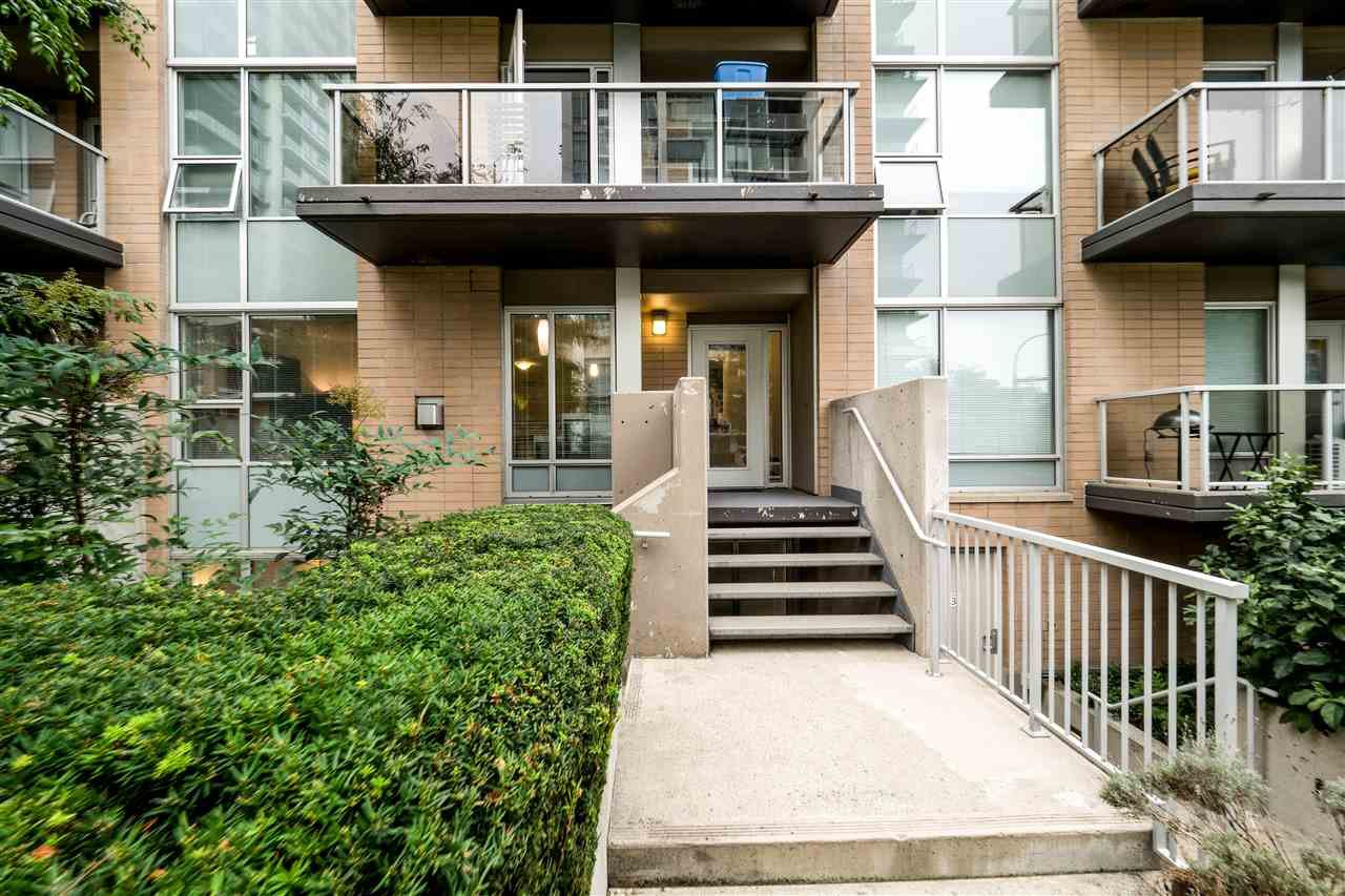 "Main Photo: TH4 1288 CHESTERFIELD Avenue in North Vancouver: Central Lonsdale Townhouse for sale in ""ALINA"" : MLS®# R2204049"
