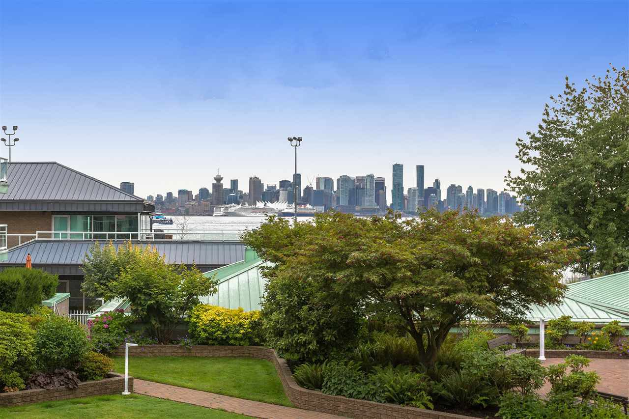 "Main Photo: 2204 33 CHESTERFIELD Place in North Vancouver: Lower Lonsdale Condo for sale in ""Harbour View Park"" : MLS®# R2337762"
