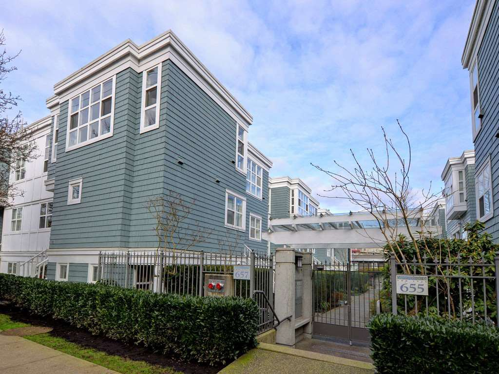"Photo 1: Photos: 101 657 W 7TH Avenue in Vancouver: Fairview VW Townhouse for sale in ""THE IVY'S"" (Vancouver West)  : MLS®# R2241548"