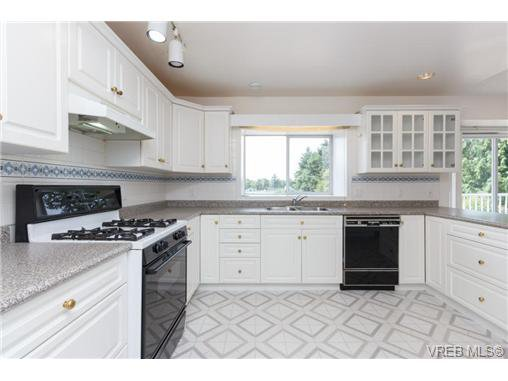 Photo 6: Photos: 4050 Dawnview Cres in VICTORIA: SE Arbutus House for sale (Saanich East)  : MLS®# 708494