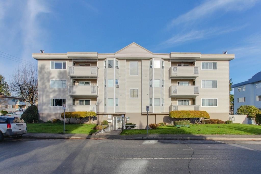 "Main Photo: 301 22213 SELKIRK Avenue in Maple Ridge: West Central Condo for sale in ""CAMBRIDGE HOUSE"" : MLS®# R2228073"