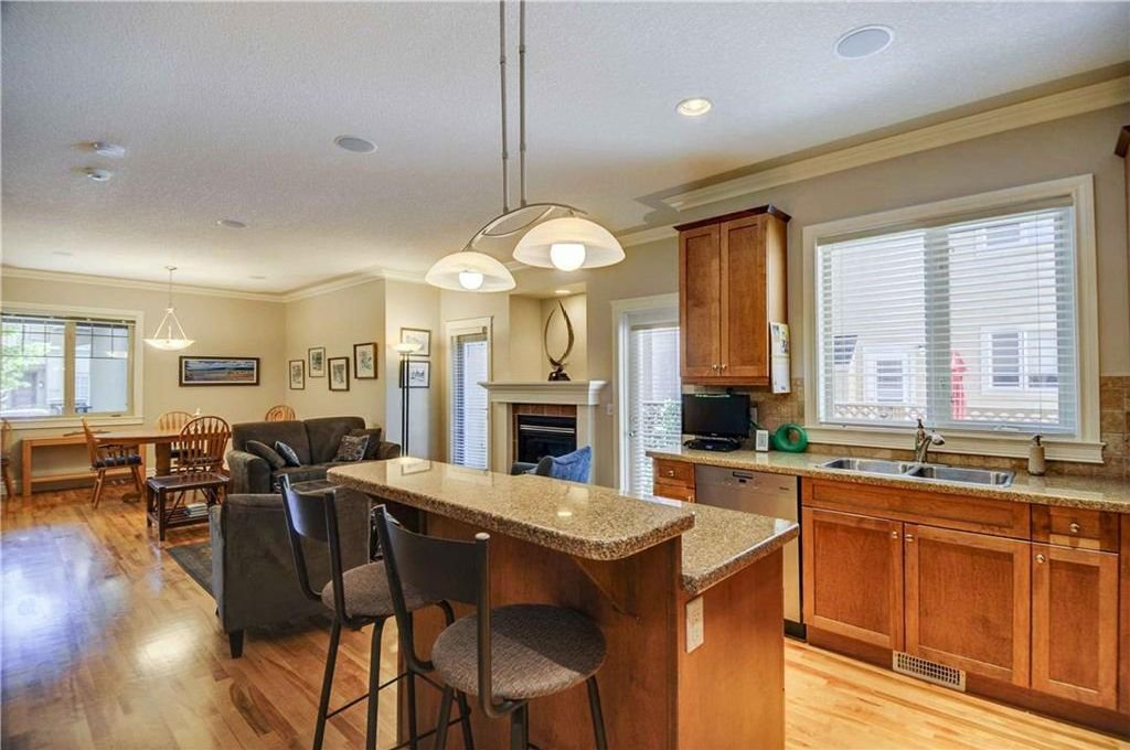 Photo 9: Photos: 2 2328 2 Avenue NW in Calgary: West Hillhurst House for sale : MLS®# C4160636
