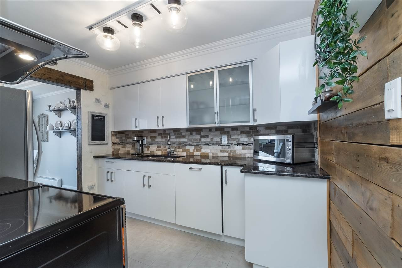 """Main Photo: 306 225 SIXTH Street in New Westminster: Queens Park Condo for sale in """"St. George's Manor"""" : MLS®# R2487985"""