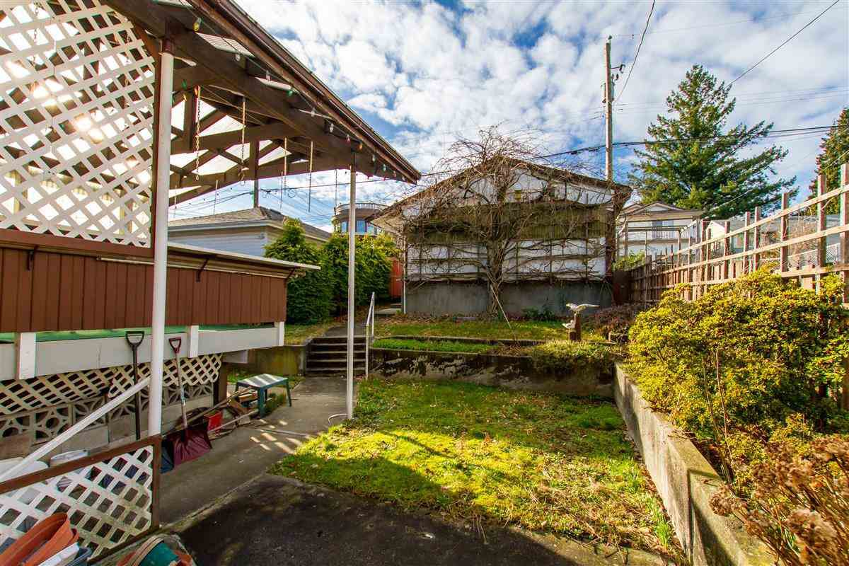 """Photo 6: Photos: 17 N ELLESMERE Avenue in Burnaby: Capitol Hill BN House for sale in """"Capitol Hill"""" (Burnaby North)  : MLS®# R2434347"""
