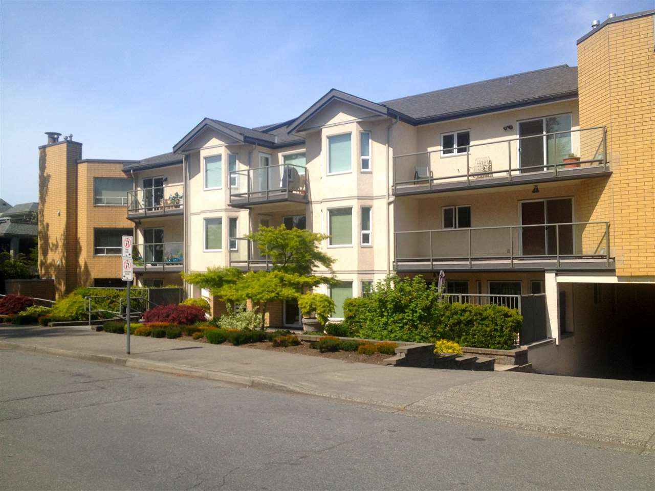 "Main Photo: 205 15255 18 Avenue in Surrey: King George Corridor Condo for sale in ""The Courtyards"" (South Surrey White Rock)  : MLS®# R2061978"