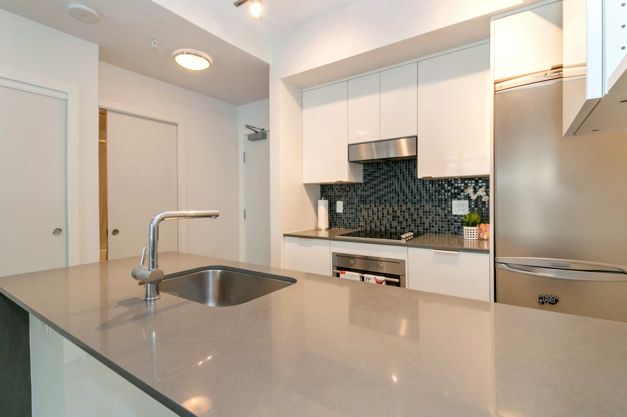 """Photo 6: Photos: 706 2788 PRINCE EDWARD Street in Vancouver: Mount Pleasant VE Condo for sale in """"UPTOWN BY CONCORD"""" (Vancouver East)  : MLS®# R2300418"""
