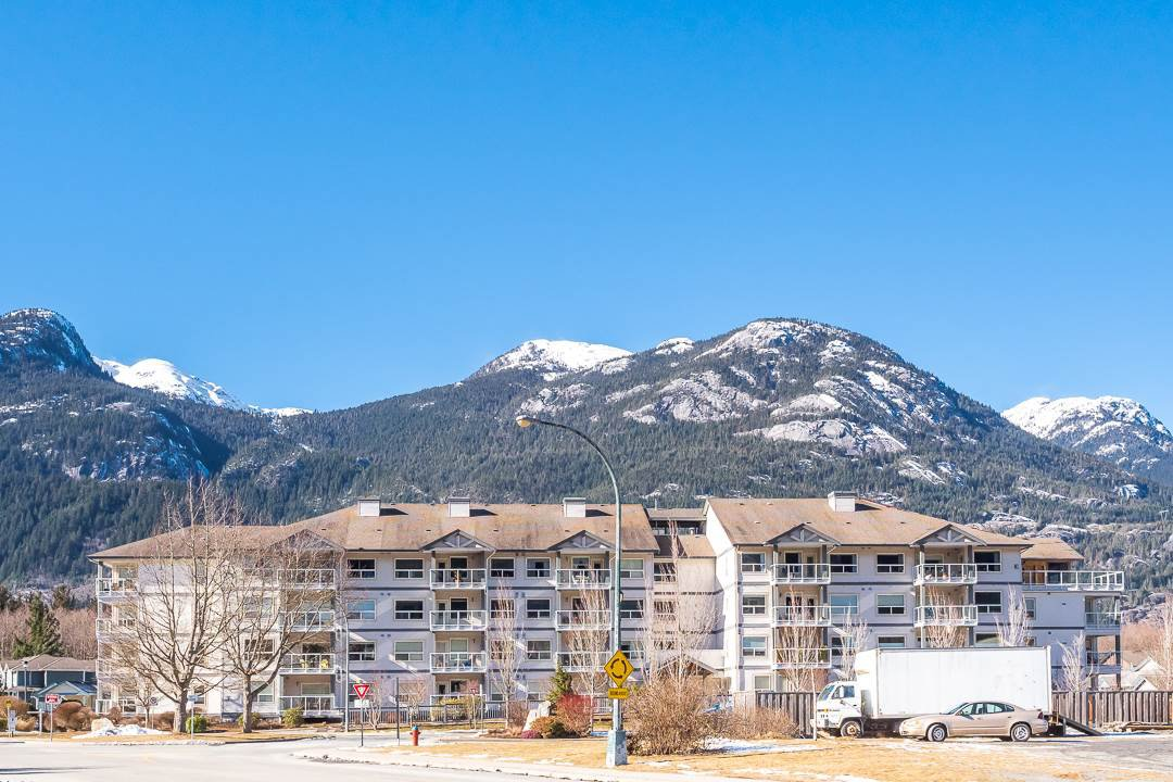 "Main Photo: 202 1203 PEMBERTON Avenue in Squamish: Downtown SQ Condo for sale in ""Eagle Grove"" : MLS®# R2349067"