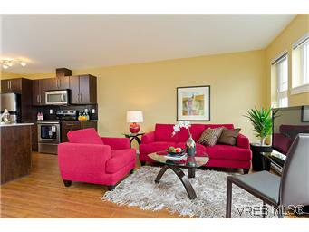 Main Photo: 103 1405 Esquimalt Rd in VICTORIA: Es Saxe Point Row/Townhouse for sale (Esquimalt)  : MLS®# 588177