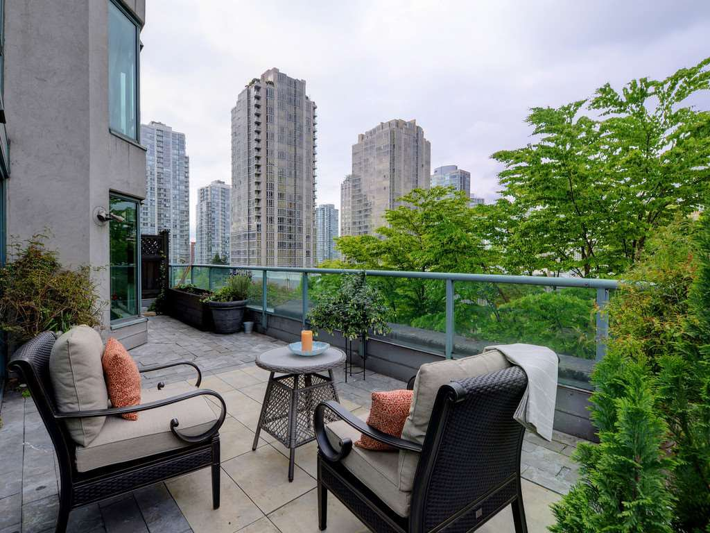 """Photo 1: Photos: 203 888 HAMILTON Street in Vancouver: Downtown VW Condo for sale in """"ROSEDALE GARDENS"""" (Vancouver West)  : MLS®# R2169872"""