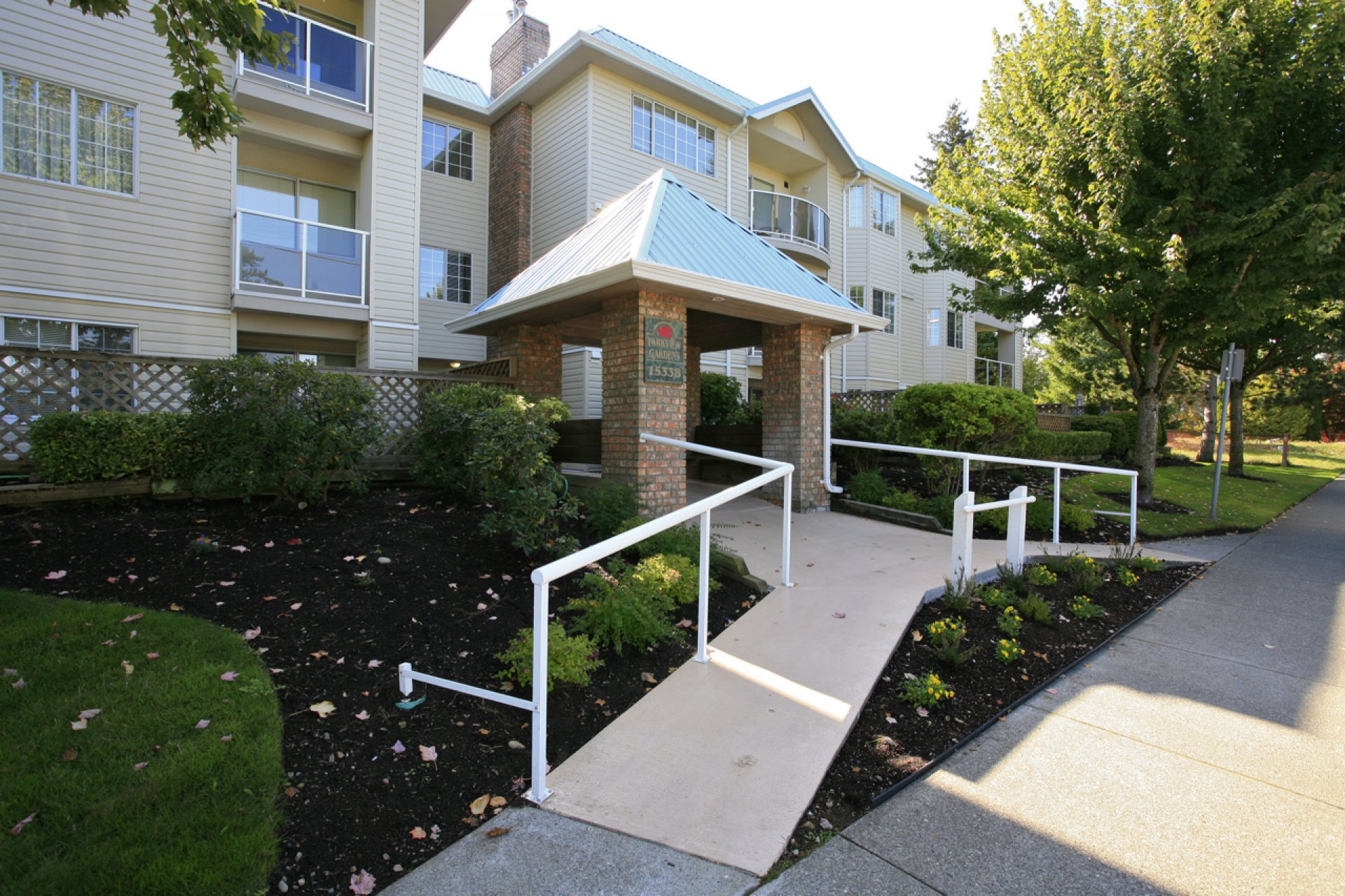 """Main Photo: 304 15338 18 Avenue in White Rock: King George Corridor Condo for sale in """"Parkview Gardens"""" (South Surrey White Rock)  : MLS®# R2243887"""