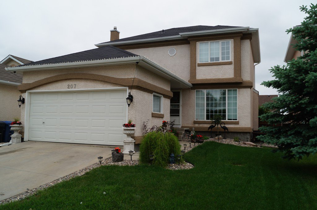 IDEAL FAMILY HOME! Pride of Ownership is Evident in this Beautifully Maintained Two Storey 1573 sf 3+ Bedroom Home offering Great Curb Appeal.