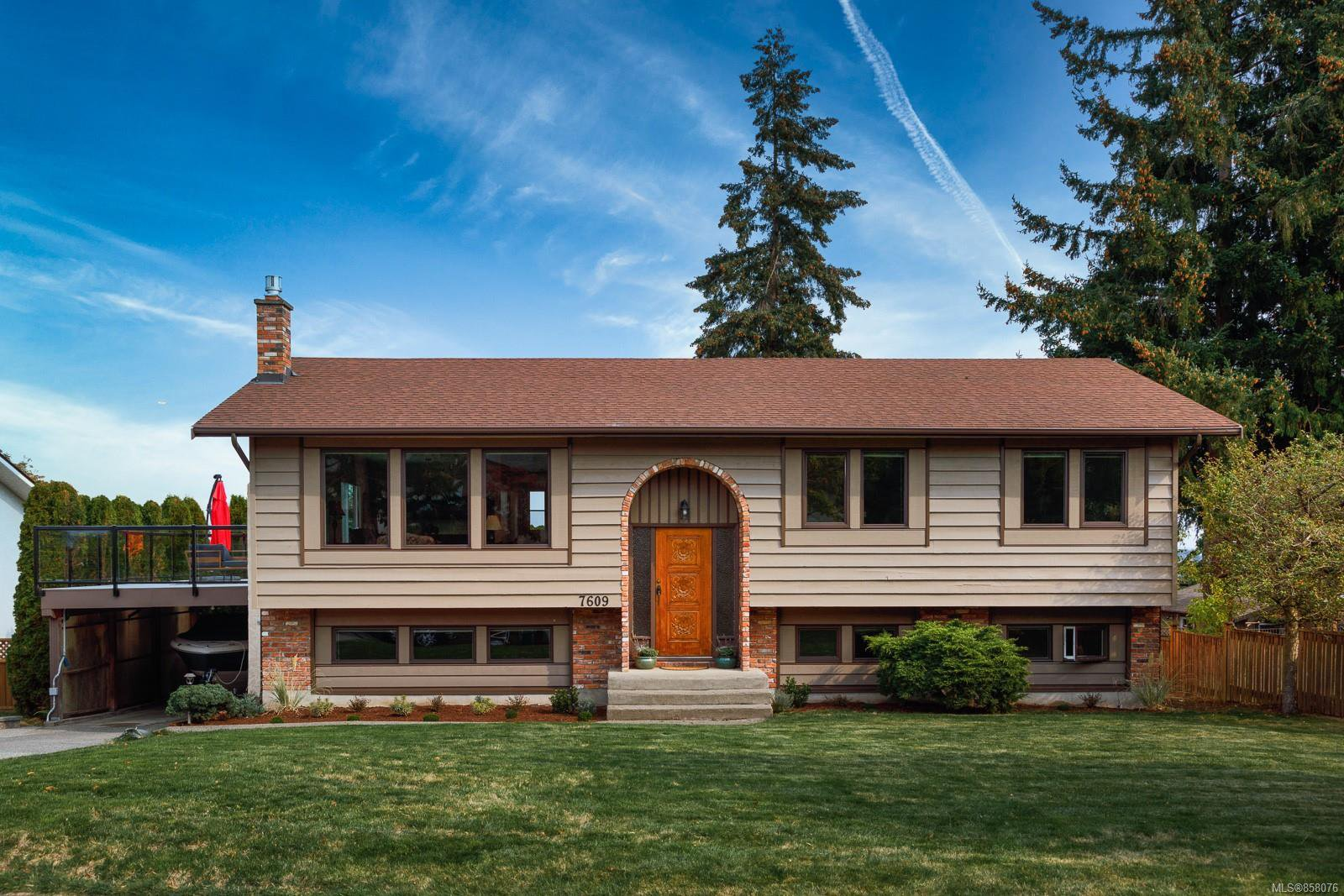 Main Photo: 7609 Blossom Park Pl in : CS Saanichton House for sale (Central Saanich)  : MLS®# 858076