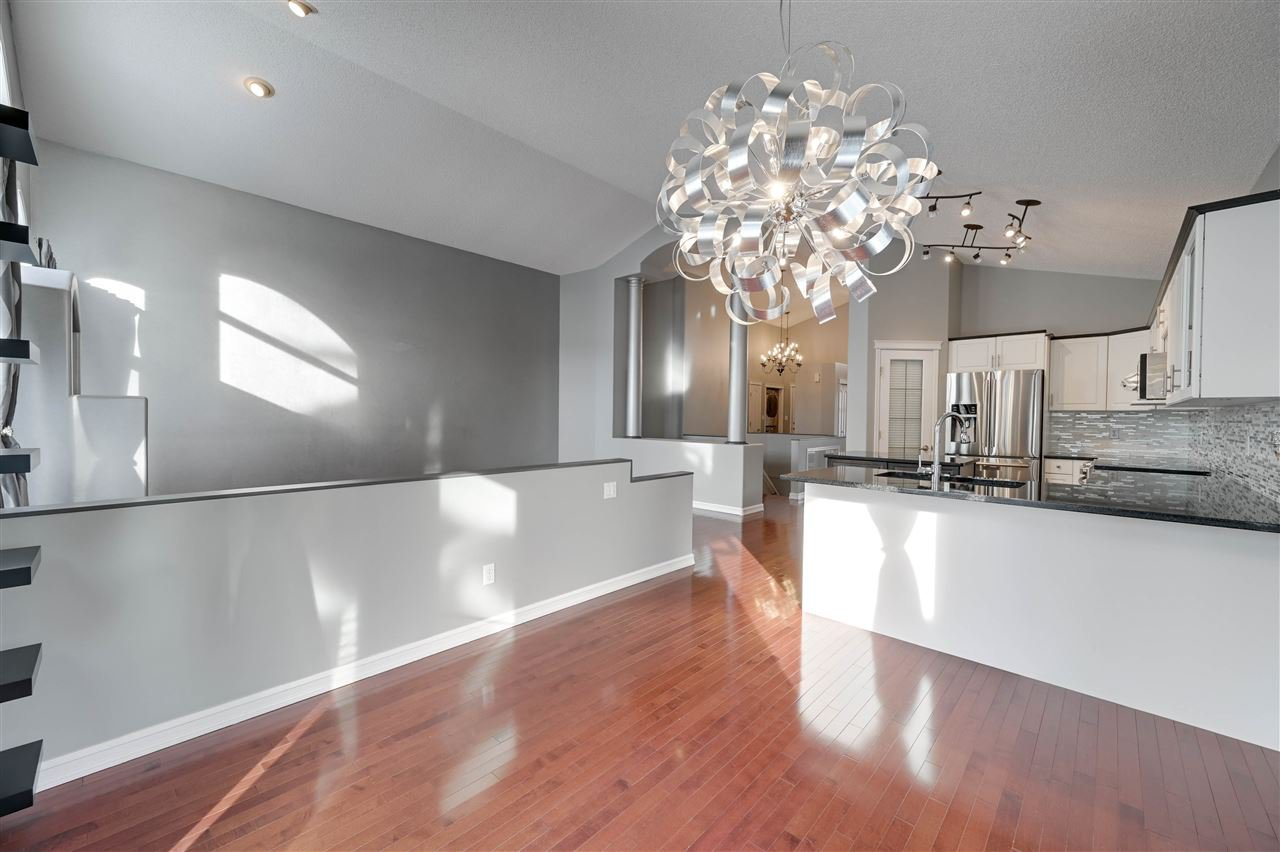 Main Photo: 205 CARMICHAEL Close in Edmonton: Zone 14 House for sale : MLS®# E4203751