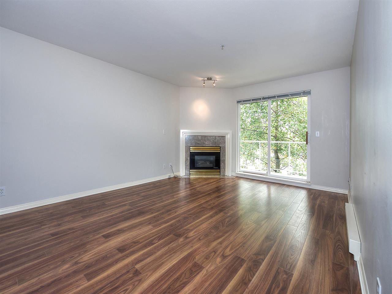 Photo 2: Photos: 203 4768 53 STREET in Delta: Delta Manor Condo for sale (Ladner)  : MLS®# R2202745
