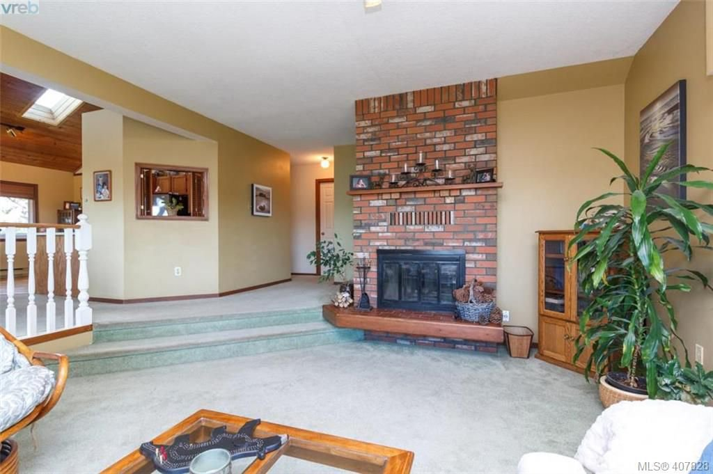 Photo 12: Photos: 251 Woodbine Cres in VICTORIA: VR Glentana House for sale (View Royal)  : MLS®# 810503