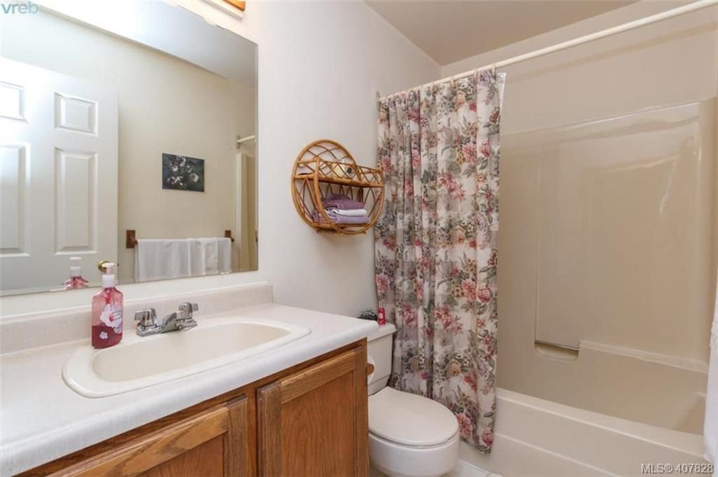 Photo 22: Photos: 251 Woodbine Cres in VICTORIA: VR Glentana House for sale (View Royal)  : MLS®# 810503