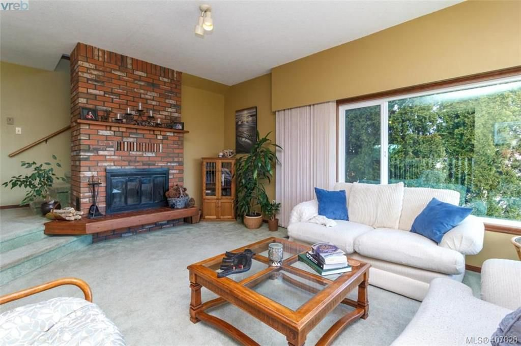 Photo 10: Photos: 251 Woodbine Cres in VICTORIA: VR Glentana House for sale (View Royal)  : MLS®# 810503