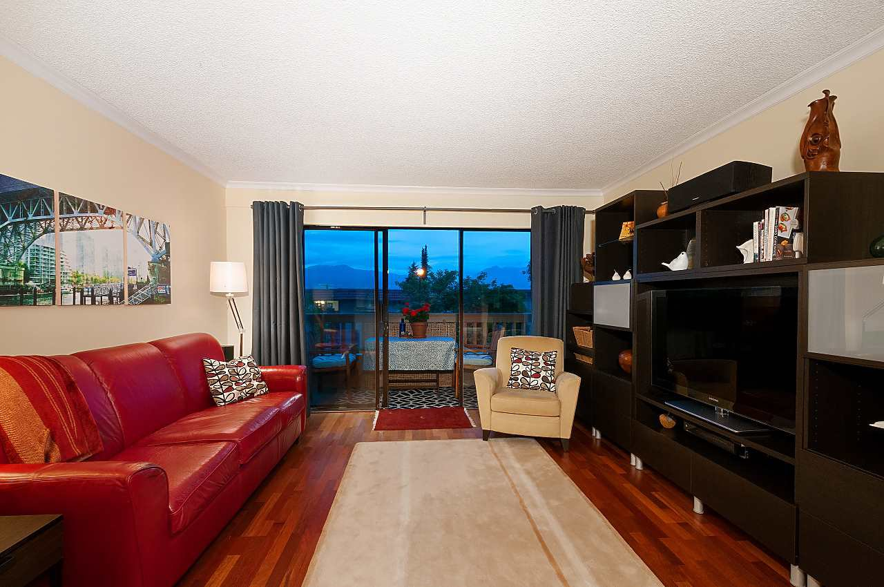 """Main Photo: 205 2100 W 3RD Avenue in Vancouver: Kitsilano Condo for sale in """"Panora Place"""" (Vancouver West)  : MLS®# R2387514"""