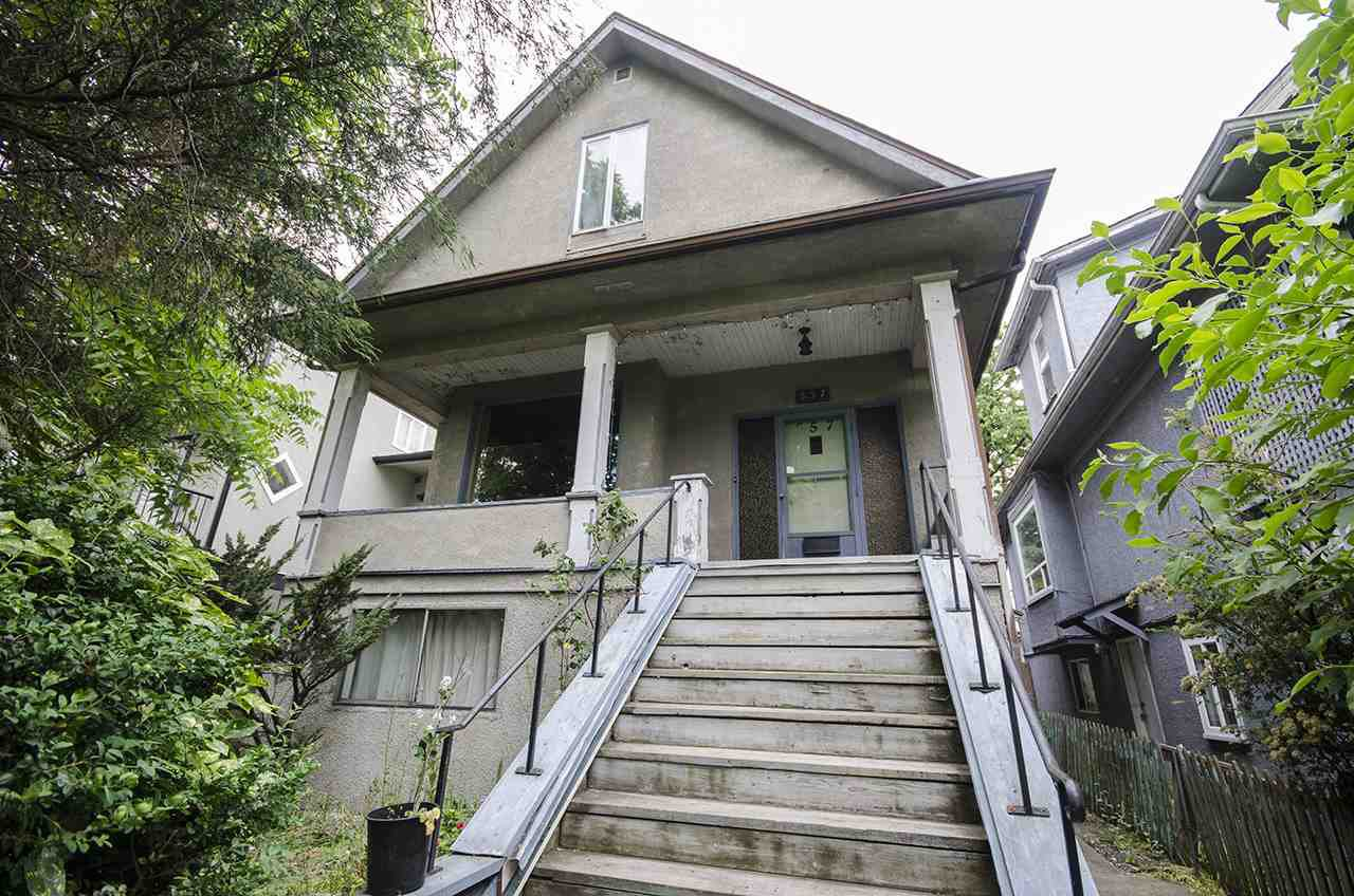 "Main Photo: 557 E 48TH Avenue in Vancouver: Fraser VE House for sale in ""Main Street/Fraser Street"" (Vancouver East)  : MLS®# R2077424"