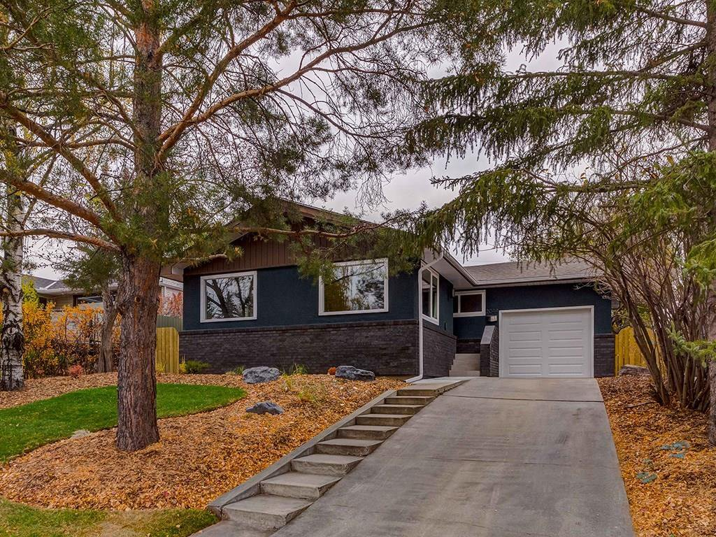 Main Photo: 2044 CHICOUTIMI Drive NW in Calgary: Charleswood House for sale : MLS®# C4141902