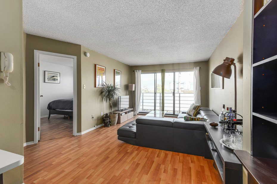 "Main Photo: 302 1933 W 5TH Avenue in Vancouver: Kitsilano Condo for sale in ""SAHLANO PLACE"" (Vancouver West)  : MLS®# R2073154"