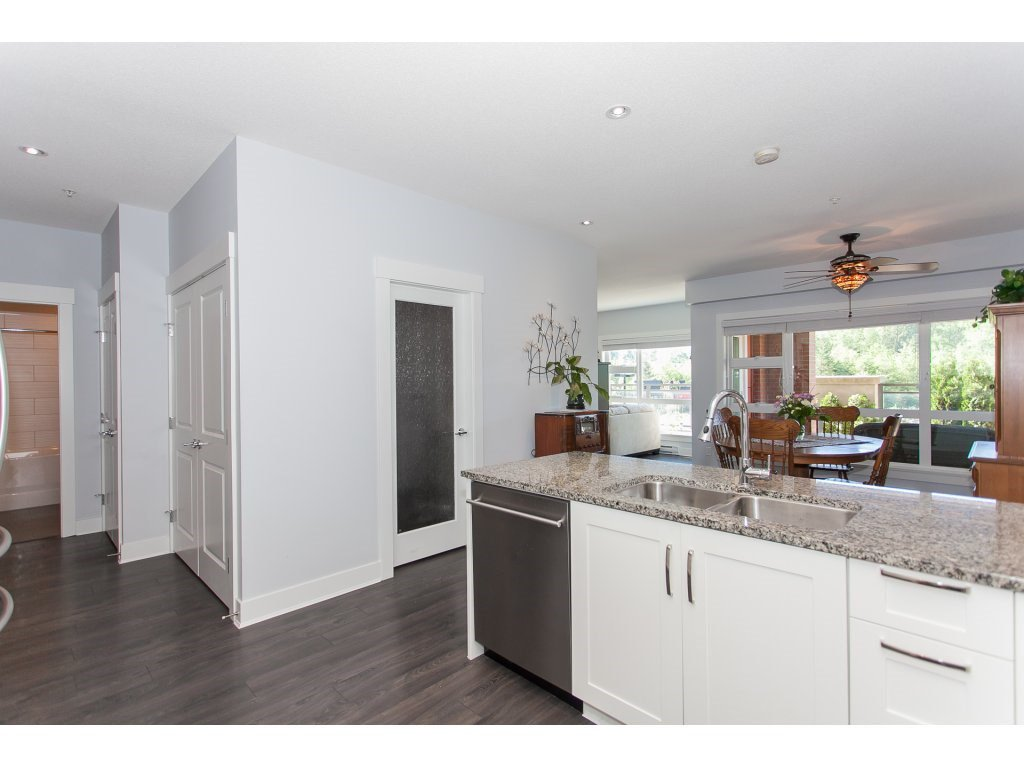 """Photo 5: Photos: 223 20728 WILLOUGHBY TOWN CENTRE Drive in Langley: Willoughby Heights Condo for sale in """"KENSINGTON AT WILLOUGHBY TOWN CENTER"""" : MLS®# R2169446"""