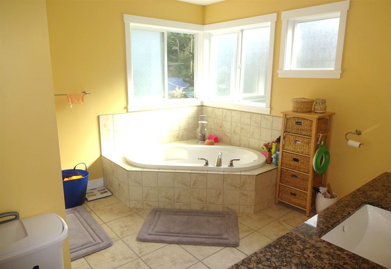"Photo 12: Photos: 324 SPRUCE Street: Cultus Lake House for sale in ""CULTUS LAKE MUNICIPAL PARK"" : MLS®# R2213053"