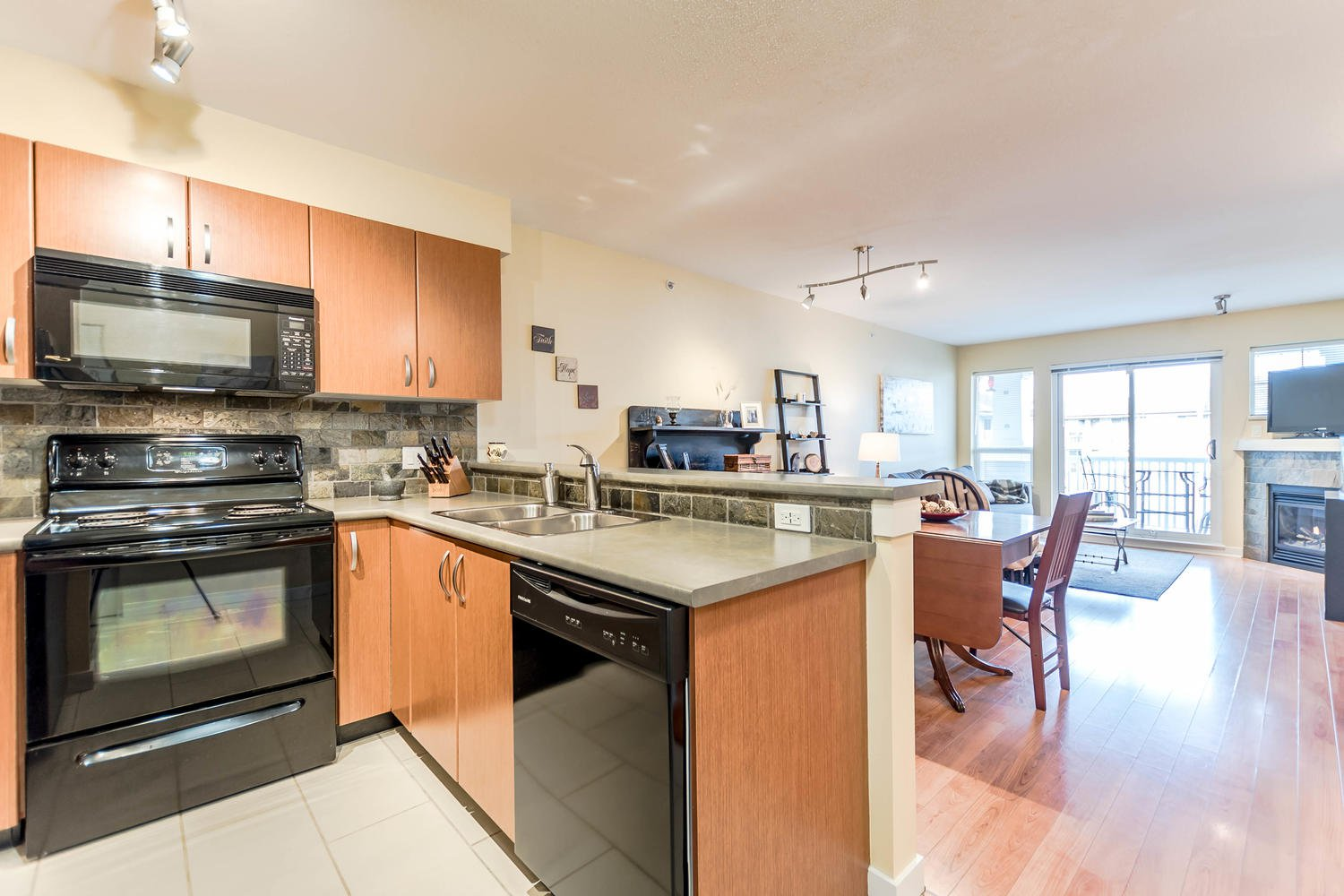 Photo 5: Photos: #408 20750 Duncan Way: Langley City Condo for sale (Langley)  : MLS®# R2221641