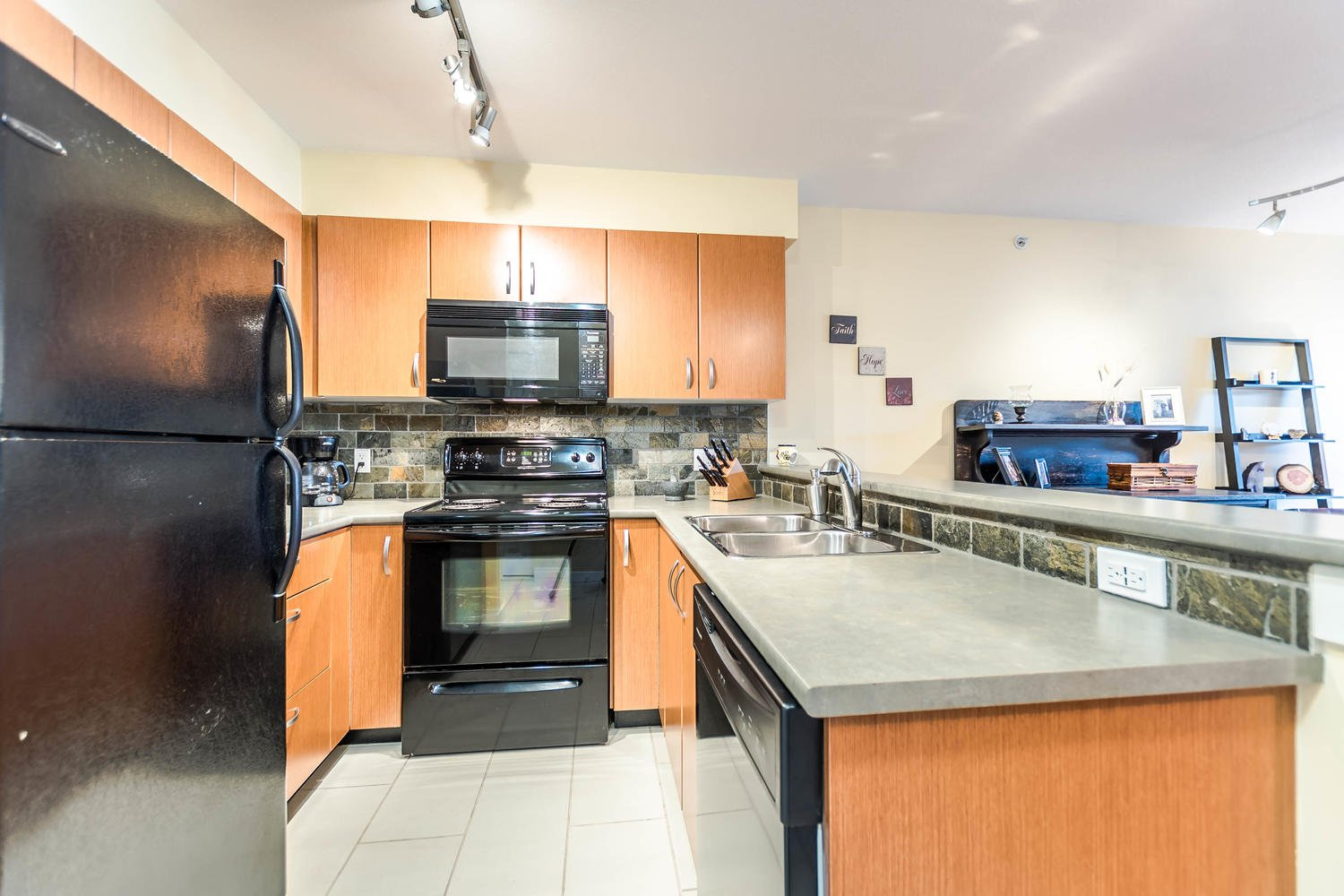 Photo 2: Photos: #408 20750 Duncan Way: Langley City Condo for sale (Langley)  : MLS®# R2221641