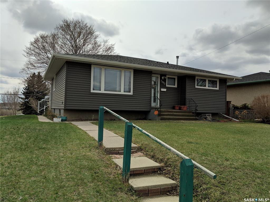 Main Photo: 1303 Athabasca Street West in Moose Jaw: Palliser Residential for sale : MLS®# SK768690