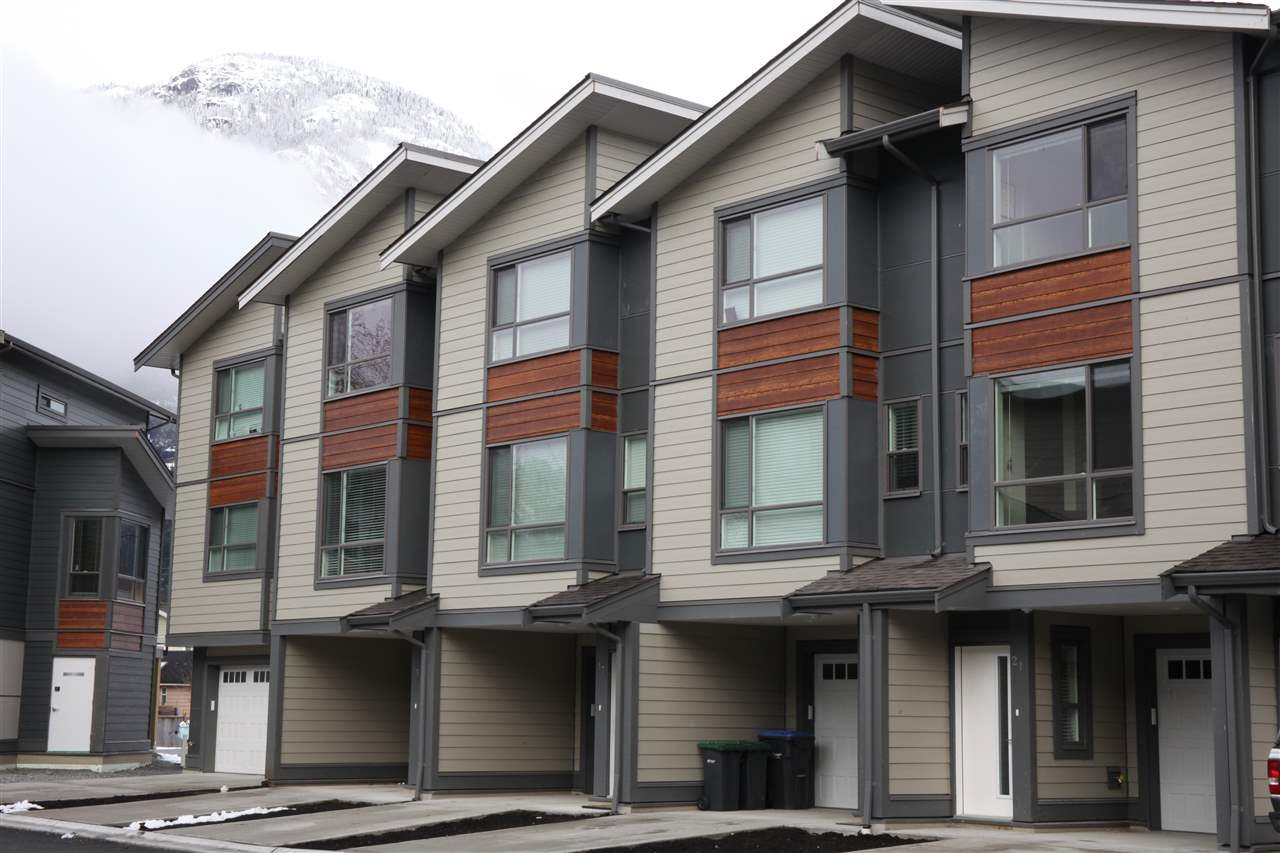 "Main Photo: 21 38684 BUCKLEY Avenue in Squamish: Downtown SQ Townhouse for sale in ""Newport Landing"" : MLS®# R2145592"