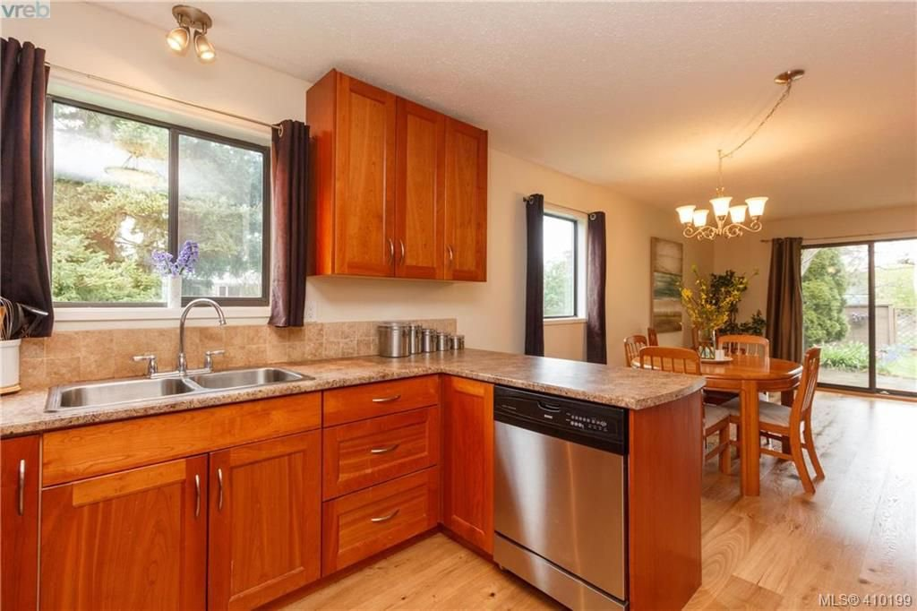 Main Photo: 6 4350 West Saanich Rd in VICTORIA: SW Royal Oak Row/Townhouse for sale (Saanich West)  : MLS®# 813072