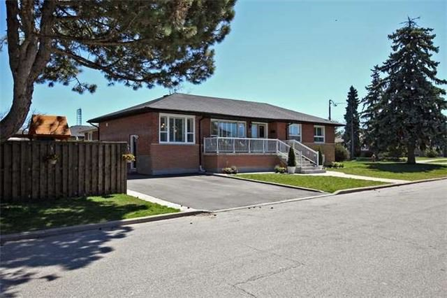Main Photo: 32 Halkin Crest in Toronto: Victoria Village House (Bungalow) for sale (Toronto C13)  : MLS®# C3471478