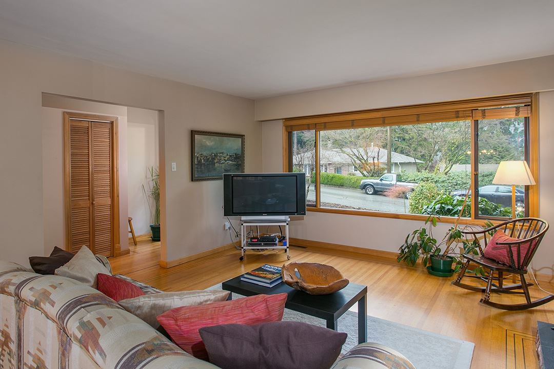 Photo 3: Photos: 1561 MERLYNN Crescent in North Vancouver: Westlynn House for sale : MLS®# R2143855