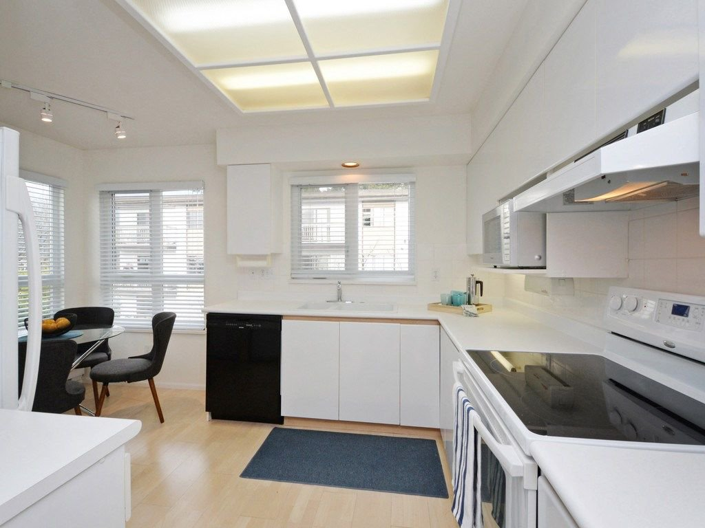 """Photo 7: Photos: 402 106 W KINGS Road in North Vancouver: Upper Lonsdale Condo for sale in """"KINGS COURT"""" : MLS®# R2233563"""