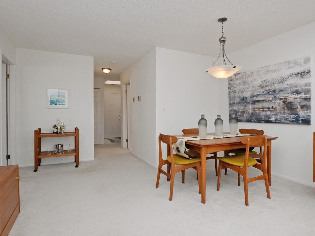 """Photo 16: Photos: 402 106 W KINGS Road in North Vancouver: Upper Lonsdale Condo for sale in """"KINGS COURT"""" : MLS®# R2233563"""
