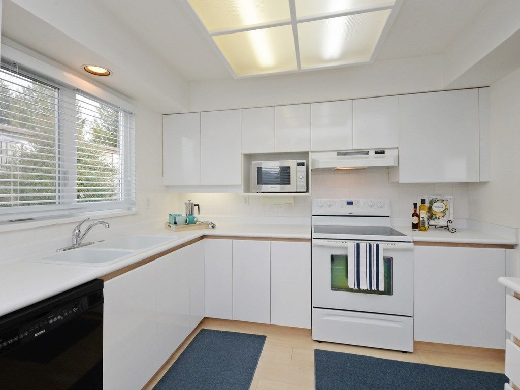 """Photo 8: Photos: 402 106 W KINGS Road in North Vancouver: Upper Lonsdale Condo for sale in """"KINGS COURT"""" : MLS®# R2233563"""