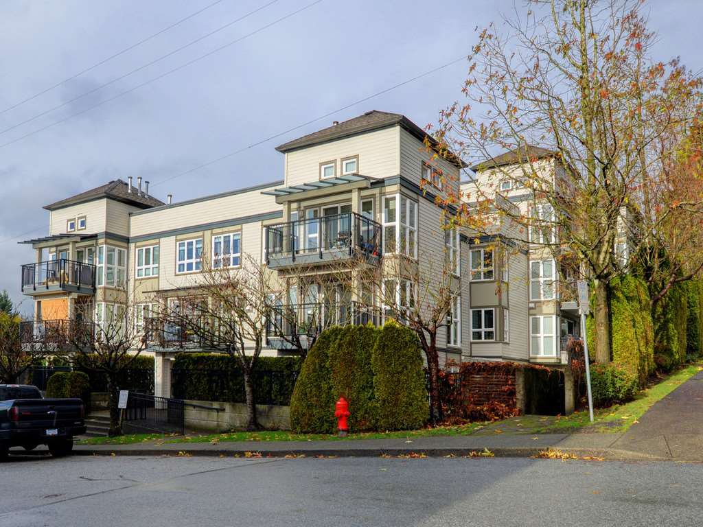 "Main Photo: 402 106 W KINGS Road in North Vancouver: Upper Lonsdale Condo for sale in ""KINGS COURT"" : MLS®# R2233563"
