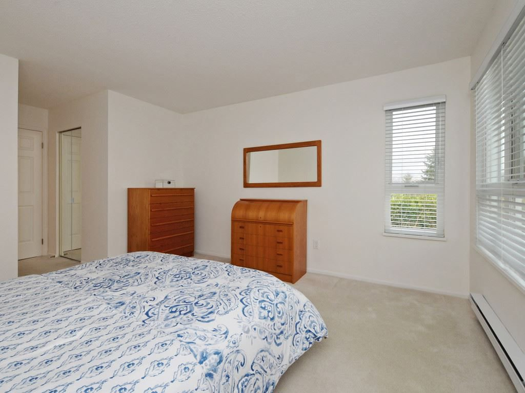 """Photo 18: Photos: 402 106 W KINGS Road in North Vancouver: Upper Lonsdale Condo for sale in """"KINGS COURT"""" : MLS®# R2233563"""