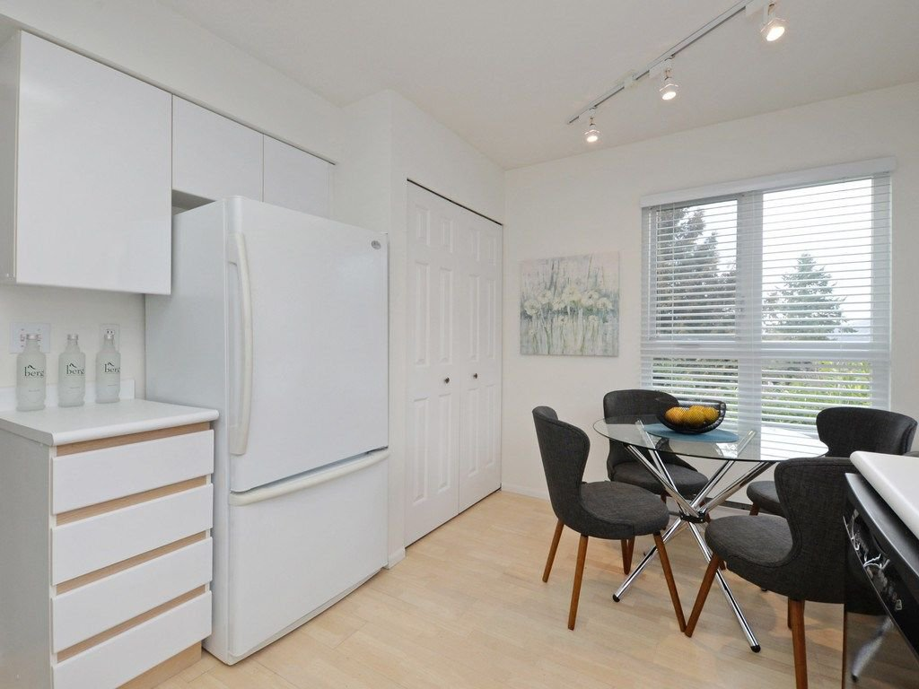 """Photo 17: Photos: 402 106 W KINGS Road in North Vancouver: Upper Lonsdale Condo for sale in """"KINGS COURT"""" : MLS®# R2233563"""